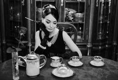 Piękna dziewczyna przy wizerunkiem Audrey Hepburn zdjęcie royalty free