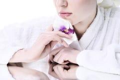 piękna dziewczyna przygotowywający skóry well Fotografia Stock