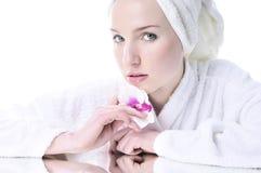 piękna dziewczyna przygotowywający skóry well Zdjęcia Royalty Free