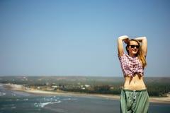 Piękna dziewczyna relaksuje na dennych skałach z nagim brzuchem zdjęcie stock