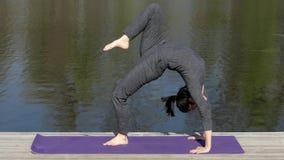 Piękna dziewczyna Robi joga pozy mostowi Blisko Nawadniać zdjęcie wideo