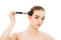 Piękna dziewczyna robi makijażowi z muśnięciem odizolowywającym Zdjęcia Royalty Free