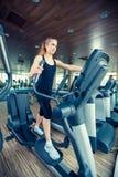 Piękna dziewczyna robi salowy jechać na rowerze w sprawności fizycznej Zdjęcia Stock