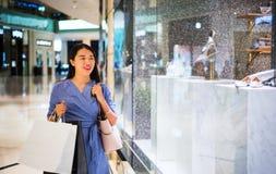 Piękna dziewczyna robi zakupy w centrum handlowym fotografia royalty free