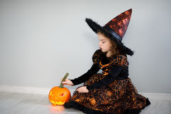 Piękna dziewczyna 8-9 rok w wizerunku zła czarodziejka Obrazy Royalty Free