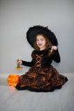 Piękna dziewczyna 8-9 rok w wizerunku zła czarodziejka Fotografia Stock