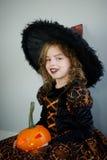Piękna dziewczyna 8-9 rok w wizerunku zła czarodziejka Zdjęcie Stock