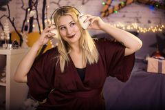 Piękna dziewczyna słucha muzyka w hełmofonach zdjęcia royalty free