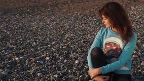 Piękna dziewczyna samotnie na plaży zbiory wideo