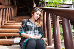 Piękna dziewczyna siedzi na kroku obrazy royalty free