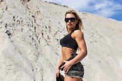 Piękna dziewczyna sportów postać w jednolitej pozyci na skłonie Zdjęcia Royalty Free