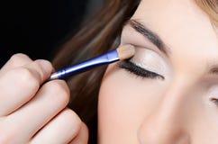 Piękna dziewczyna stawia makeup na twarzy zdjęcia stock