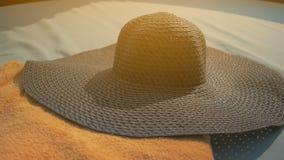 Piękna dziewczyna stawia na błękitnym kapeluszu, kłama na deckchair Lato Sun zdjęcie wideo