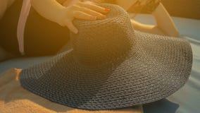 Piękna dziewczyna stawia na błękitnym kapeluszu, kłama na deckchair Lato Sun swobodny ruch zbiory