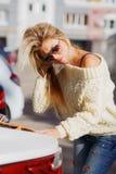 Piękna dziewczyna stawia torba na zakupy w samochodowego bagażnika zdjęcia royalty free