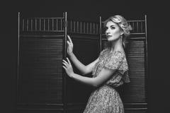 Piękna dziewczyna stoi blisko falcowanie ekranu obraz stock