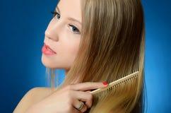 Piękna dziewczyna szczotkuje włosy Zdjęcie Royalty Free