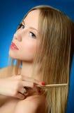 Piękna dziewczyna szczotkuje włosy Zdjęcie Stock