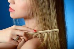 Piękna dziewczyna szczotkuje włosy Zdjęcia Stock