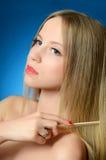 Piękna dziewczyna szczotkuje włosy Zdjęcia Royalty Free