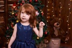 piękna dziewczyna trochę Bożenarodzeniowy wnętrze ubierz się maike blue Obraz Royalty Free
