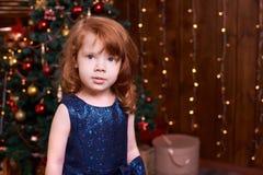 piękna dziewczyna trochę ubierz się maike blue Bożenarodzeniowy wnętrze Fotografia Stock