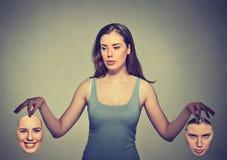 Piękna dziewczyna trzyma dwa maski zdjęcia stock