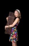 Piękna dziewczyna trzyma starą walizkę i krzyczeć fotografia stock