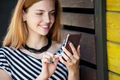 Piękna dziewczyna uśmiecha się 02 z czerwonym włosy Obraz Stock