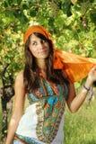 Piękna dziewczyna ubierał gypsy styl w winnicy Zdjęcie Stock