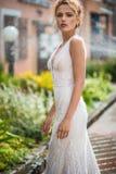 Piękna dziewczyna w ślubnej sukni Zdjęcia Royalty Free