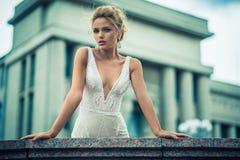 Piękna dziewczyna w ślubnej sukni Obraz Royalty Free