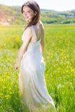 Piękna dziewczyna w żółtym polu zdjęcia stock