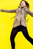 Piękna dziewczyna w żakiecie Żółty tło Obraz Stock