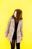 Piękna dziewczyna w żakiecie Żółty tło Fotografia Stock