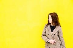 Piękna dziewczyna w żakiecie Żółty tło Obraz Royalty Free