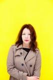 Piękna dziewczyna w żakiecie Żółty tło Obrazy Royalty Free