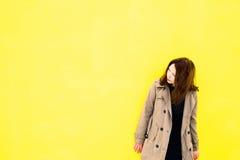 Piękna dziewczyna w żakiecie Żółty tło Fotografia Royalty Free