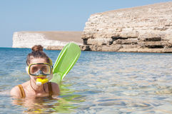 Piękna dziewczyna w akcesoriach dla nurkować w jasnej wodzie morskiej Obrazy Royalty Free