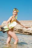 Piękna dziewczyna w akcesoriach dla nurkować na tle morze Obrazy Stock