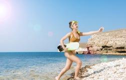 Piękna dziewczyna w akcesoriach dla nurkować na tle morze Zdjęcia Royalty Free