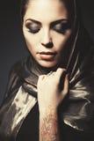 Piękna dziewczyna w Arabskim wizerunku z jaskrawym orientalnym makijażem Fotografia Stock