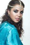 Piękna dziewczyna w Arabskim wizerunku z jaskrawym orientalnym makijażem Obraz Stock