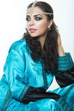 Piękna dziewczyna w Arabskim wizerunku z jaskrawym orientalnym makijażem Zdjęcie Royalty Free