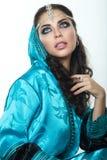 Piękna dziewczyna w Arabskim wizerunku z jaskrawym orientalnym makijażem Obraz Royalty Free