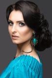 Piękna dziewczyna w błękitnej sukni z wieczór fryzurą i makijażem Piękno Twarz Obrazy Royalty Free