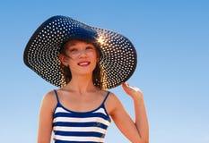 Piękna dziewczyna w błękitnym kapeluszu Zdjęcia Royalty Free