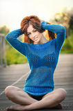 Piękna dziewczyna w błękitnym mieć zabawę w parku Obrazy Royalty Free