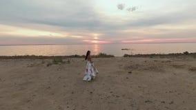 Piękna dziewczyna w białej sukni z kwiatami rzeką Strzelający na trutniu zdjęcie wideo
