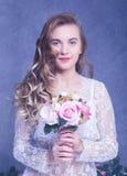 Piękna dziewczyna w białym peignoir z bukietem kwiaty Fotografia Royalty Free